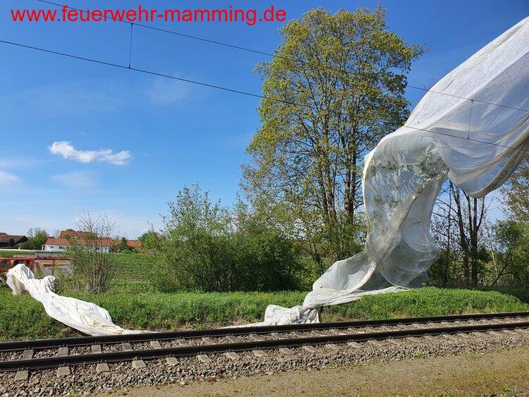 große Plane auf Bahnstrecke, 08.05.2021